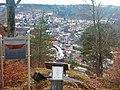 Blick vom Scheffelberg auf Oberndorf mit dem Hinweis auf die Fliegersperre, Von 1942 - 1945 waren Seilsperren zum Schutz der Mauserwerke über das Neckartal gespannt. Ein 1000 m langes Drahtseil reichte von hier bis z - panoramio.jpg