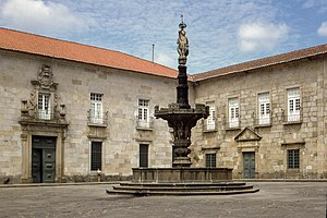 Episcopal Palace, Braga - The archiepiscopal court with one of the fountains