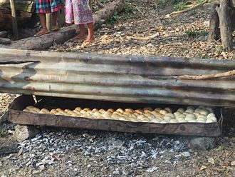 Baking bread in East Timor Brot - Outubro 2013 - Covalima.jpg