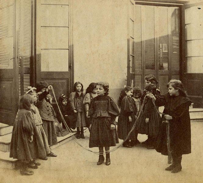 Buenos Aires. Asilo de Huérfanas, niñas saltando a la soga, fines del siglo XIX. Inventario AGN 214889