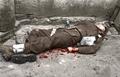 Bundesarchiv Bild 101I-065-2303-12A, St. Nazaire, toter britischer Soldat Recolored.png