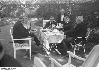 Federal Foreign Office - British politicians with German diplomats in the garden of the Foreign Office in July 1931.
