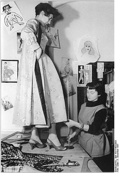File:Bundesarchiv Bild 183-51453-0003, Zusätzliche Kinder- und Damenbekleidung aus Radebeul..jpg