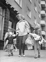 Bundesarchiv Bild 183-A0808-0008-001, Berlin, Passanten