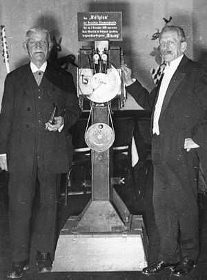 Max Skladanowsky - Max Skladanowsky (right) in 1934 with his brother Eugen and the Bioscop