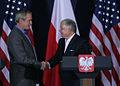 Bush Kaczyński shake hands June 2007.jpg