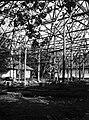 COLLECTIE TROPENMUSEUM Houten geraamte van een in aanbouw zijnde loods op een rubberonderneming Oost-Sumatra. TMnr 60005395.jpg