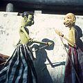COLLECTIE TROPENMUSEUM Houten wajang golek poppen voorstellende Gareng en Dawala TMnr 20025465.jpg