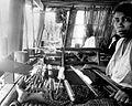 COLLECTIE TROPENMUSEUM Vrouwen aan het weeftoestel te Madjene Celebes TMnr 10014395.jpg