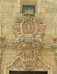 Capilla de las Franciscanas Descalzas. Detalle del escudo sobre la puerta.jpg