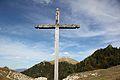 Col de Menée, la croix sur le chemin piéton au dessus du tunnel routier.jpg