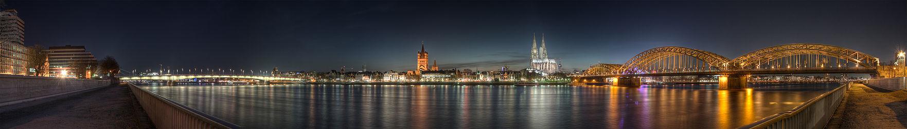 Panorama over Altstadt fra anden side af Rhen.