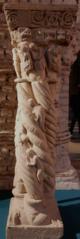 Colonnette quadruple historiée et torsadée à décor de filets, de rosettes, de personnages et de créatures fantastiques ; chapiteau historié : Annonce aux bergers, Nativité, Sommeil des Mages ; tailloir à décor de rinceaux