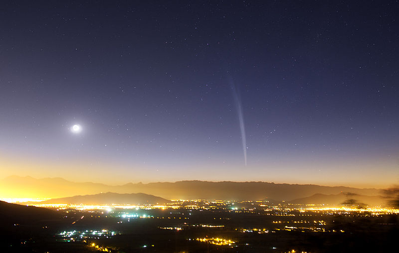 File:Comet Lovejoy above Santiago, 2011-12-22.jpg