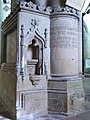 Crédence et plaque commémorative (église Saint-Malo de Dinan).jpg
