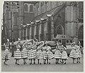De Haarlemse bloemenmeisjes voor de Grote Kerk. NL-HlmNHA 54011171.JPG