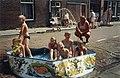 De temperatuur liep gisteren tot boven de 30 graden op. Dat leidde ook in Haarlem tot verhitte hoofden, warme winkels en een speurtocht naar verkoeling. De jeugd van de Haarlemse Lotterstraa, NL-HlmNHA 54036187.JPG