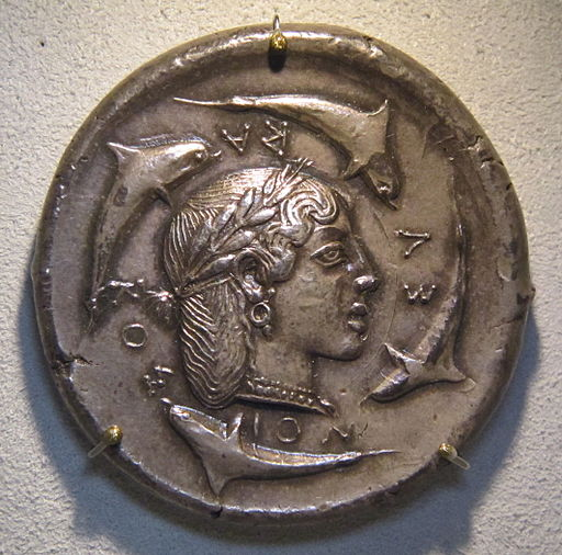 Dekadrachm of Syracuse. Head of Arethusa or queen Demarete. ΣΥΡΑΚΟΣΙΟΝ (of the Syracusians), around four dolphins