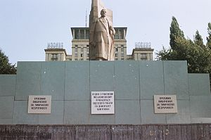Monument of the Great October Revolution - Image: Destroying of Lenin on the Independence square, Kiev
