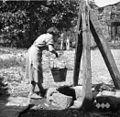 """Dolenji Brezovk. Dekle vleče vodo iz """"šterne"""" (vodnjaka) (posoda= """"sela"""") 1953.jpg"""