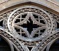 Duomo di firenze, medaglioni intarsiati in marmi nei timpani delle finestre sui fianchi 15,1.jpg