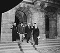 Eisenhower in Amsterdam. Hij verlaat het Paleis op de Dam in gezelschap van burg, Bestanddeelnr 900-8852.jpg