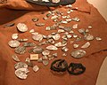 Elbląg, muzeum, fragmenty arabských stříbrných mincí.JPG