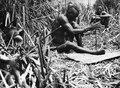 En man gör upp eld genom att snurra en pinne. Kap-Kairo expeditionen. Bangweulusjön. Zambia - SMVK - 000484.tif