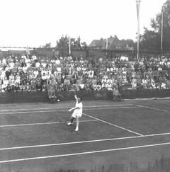 Erlangen in 1955, Jaroslav Drobný at the International Tennis Tournament for the Golden Glove.png