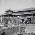 Fêtes du Nam-giao en 1942 (1). Le palanquin où se tient S.M. Bảo-đại sort du palais.jpg