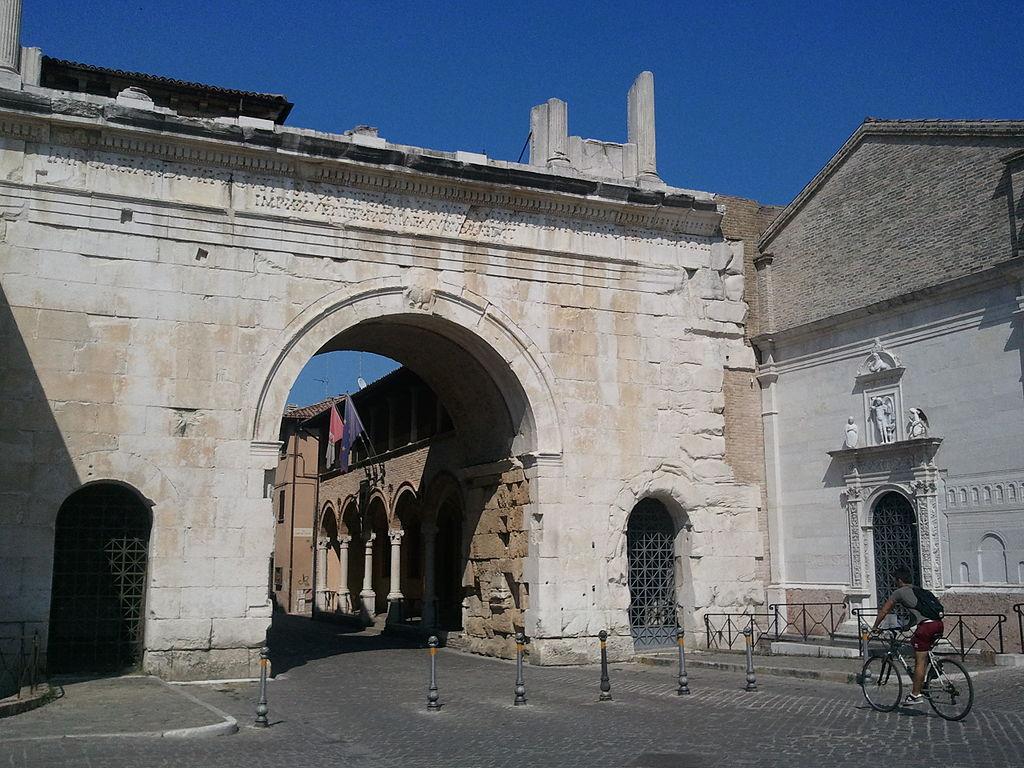 Arco de Augusto. Foto de Parsifall