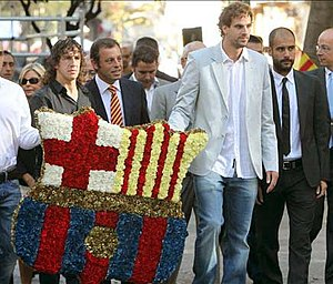 Rafael Casanova - FC Barcelona tribute to Rafael Casanova on the National Day of Catalonia.  (left to right) Football captain Carles Puyol, club president Sandro Rosell, former FCB basketball player Roger Grimau and football manager Josep Guardiola deposit wreaths and floral decorations at the foot of the Rafael Casanova monument.