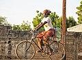 Femme sur une bicyclette à Kalfou.jpg