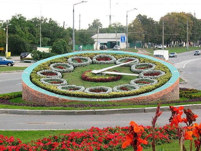 https://upload.wikimedia.org/wikipedia/commons/thumb/9/9a/FlowerClockGagarinProspekt.jpg/640px-FlowerClockGagarinProspekt.jpg