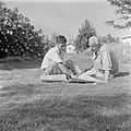 Fotograaf Willem van de Poll (r) en een onbekende man, zittend op een gazon, Bestanddeelnr 255-0671.jpg