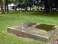 Grabmal Henriette Friederike Ramberg Friedrich Christian August Eisendecher Neustädter Friedhof Hannover mit Besen und Wasserflasche.jpg