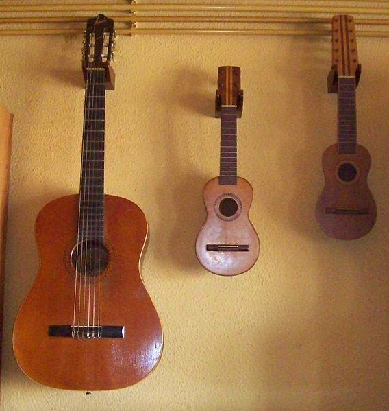 File:Guitare oukelele et charango.jpg