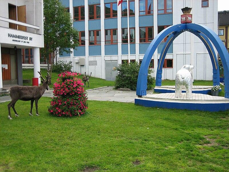 Levende reinsdyr og skulpturert isbjørn foran Rådhuset (Foto: Wikimedia Commons/Manxruler)
