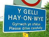 Arwydd dwyieithog yn y Gelli Gandryll, Cymru.