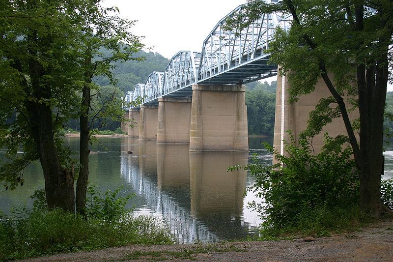 Highway bridge across the Potomac River at Point of Rocks, Maryland (July 7 2005).jpg