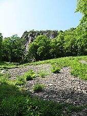Érosion des phonolithes : vestiges détritiques sur le versant est.