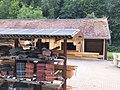 Holzlager mit Solarmodulen auf der Überdachung.jpg