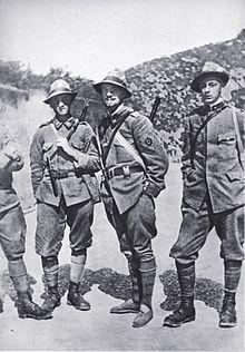 Il Tenente Italo Balbo, Comandante del Reparto Arditi del Battaglione Pieve di Cadore, 7º Reggimento Alpini, ritratto a Dosso Casina, di ritorno da una pattuglia (alla sua destra Pietro Tassotti)