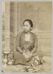 KITLV 12081 - Kassian Céphas - A Javanese woman, probably at Yogyakarta - Around 1890.tif