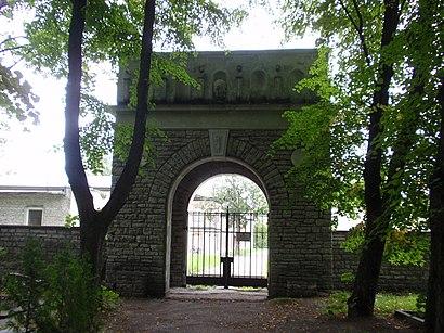 Kuidas ühistranspordiga sihtpunkti Tallinna Kaitseväe Kalmistu jõuda - kohast