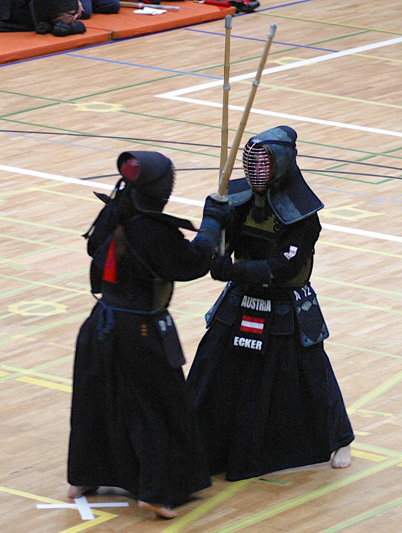 剣道の試合中の鍔迫り合い