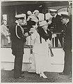 Koningin Wilhelmina, prinses Juliana en prins Bernhard met kinderen verlaten het, Bestanddeelnr 012-0307.jpg