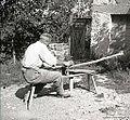 """Kouc beli na reziunem stolu (""""belt ragle za nograd""""), pri Lovrencovih, Lozice 1958.jpg"""