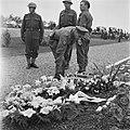 Kranslegging op het soldatenkerkhof Margraten (L) door minister president Wille, Bestanddeelnr 900-4868.jpg