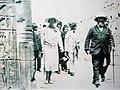 La Reine Elisabeth au temple d'Horus à Edfou 1930.jpg